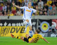 Fussball, 2. Bundesliga, Saison 2011/12, SG Dynamo Dresden - Vfl Bochum, Montag (12.09.11), gluecksgas Stadion, Dresden. Dresdens Filip Trojan (re.) gegen Bochums Kevin Vogt.