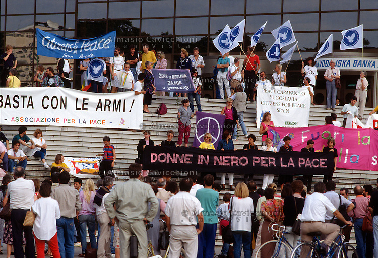 25-29 Sept 1991, Carovana europea di pace, promossa dalla &quot;Helsinki Citizens' Assembly&quot; e organizzata dall'Associazione per la pace e dall'ARCI italiane attraversa la Jugoslavia per appoggiare i movimenti pacifisti locali.<br /> 25-29 Sept 1991 European Peace Caravan, sponsored by the &quot;Helsinki Citizens' Assembly&quot; and organized by the Italian Association for Peace and ARCI through Yugoslavia to support local peace movements