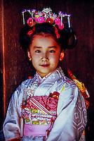 7 year old Japanese girl wearing kimono, Meiji-jingu, Tokyo, Japan