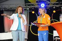 ZEILEN: WARTEN: 27-08-2016, Huldiging Marit Bouwmeester, CDA gedeputeerde voor de Provincie Fryslân Sietske Poepjes spreekt Marit Bouwmeester toe en overhandigt een geschenk namens de Provincie Fryslân, ©foto Martin de Jong