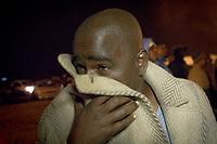 Spinning: Jeden Donnerstag treffen sich junge Männer in Soweto zu Spinning-Wettbewerben, bei denen zumeist alte BMWs so lange im engstmöglichen Kreis gefahren werden, bis die Reifen qualmen. Einst beeindruckten so Verbrecher ihre Nachbarschaft, inzwischen ist das informelle Treffen in der Mittelschicht angekommen.