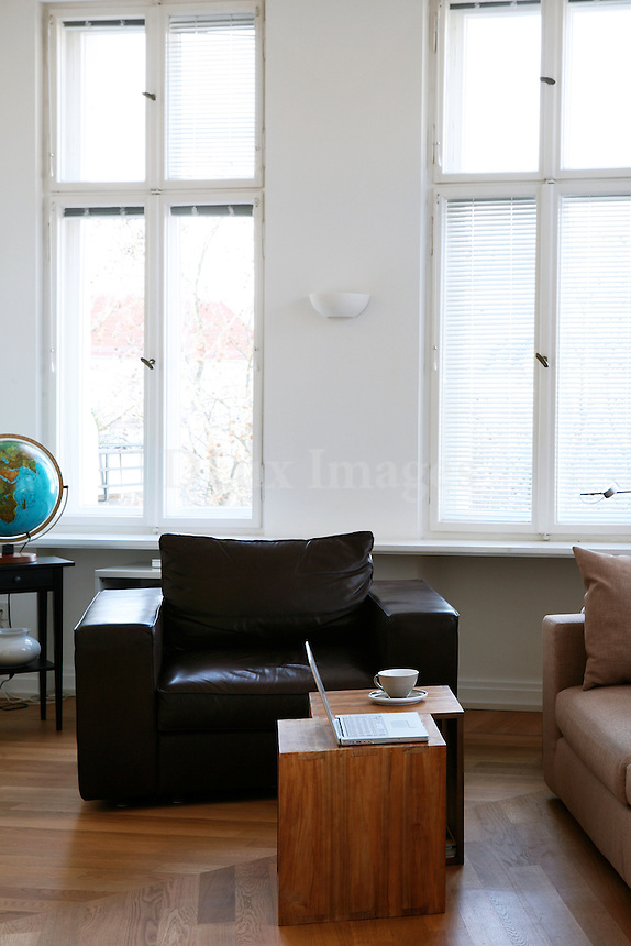 Art Nouveau architecture, simple decor, soft but modern colors, positive energy and vibes from all around the world in the center of Berlin, in a district of many old Art Nouveau houses built at the beginning of the 20th century