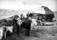 Nomadenjurte in der Kysylkum Wüste in Usbekistan, Sowjetunion, 1970er Jahre. Nomad's yurt at the Kysyslkoom desert in Uzbekistan, Soviet Union, 1970s.