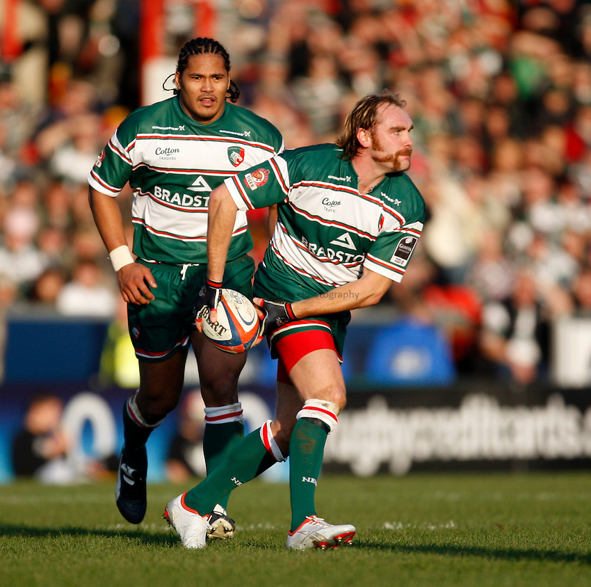 Photo: Richard Lane/Richard Lane Photography..Leicester Tigers v Cardiff Blues. EDF Energy Cup. 03/11/2007. .Tigers' Andy Goode passes.