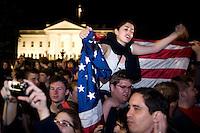 """STX05 WASHINGTON (EEUU) 02/05/2011.- Cientos de estadounidenses celebran con júbilo la muerte de Osama bin Laden en un operativo de Estados Unidos en Pakistán, en las inmediaciones de la Casa Blanca, en Washingon (Estados Unidos), hoy, lunes 2 de mayo de 2011. Manifestaciones de júbilo, gritos de """"USA, USA"""", banderas estadounidenses y bocinas de automóviles pitando en son de celebración se escucharon durante varias horas desde la medianoche del domingo en el centro de Washington, donde miles de personas manifestaban su alegría por la noticia. Inmediatamente después de que corriera por twitter y los distintos medios de comunicación la noticia de la muerte del cerebro de los ataques del 11 de Septiembre de 2001, grupos de personas comenzaron a concentrarse en las inmediaciones de la Casa Blanca. La euforia se hizo palpable cuando el presidente de EEUU, Barack Obama confirmó, la muerte del terrorista más buscado de EEUU. EFE/SHAWN THEW"""