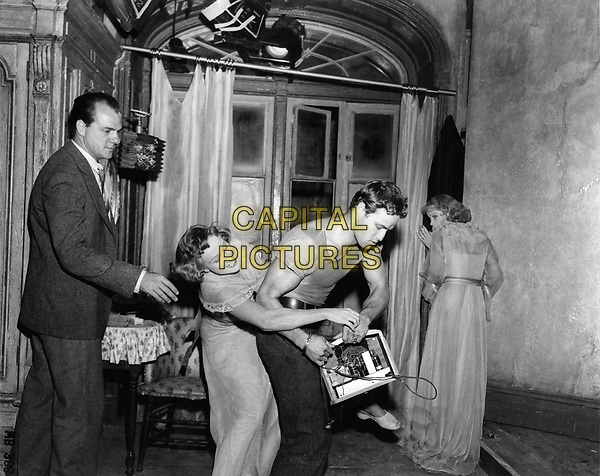 A Streetcar Named Desire (1951) <br /> Behind the scenes photo of Marlon Brando, Vivien Leigh, Karl Malden &amp; Kim Hunter<br /> *Filmstill - Editorial Use Only*<br /> CAP/KFS<br /> Image supplied by Capital Pictures