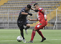 BOGOTA - COLOMBIA, 12-03-2020: Diego Gomez del Tigres disputa el balón con Julian Millan de Cortuluá durante partido entre Tigres F.C. y Cortuluá por la fecha 7 del Torneo BetPlay DIMAYOR I 2020 jugado en el estadio Metropolitano de Techo de la ciudad de Bogotá. / Diego Gomez of Tigres vies for the ball with Julian Millan of Cortulua during match between Tigres F.C. and Cortulua for the date 7 as part of BetPlay DIMAYOR Tournament I 2020 played at Metropolitano de Techo stadium in Bogota city. Photo: VizzorImage / Gabriel Aponte / Staff