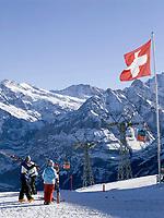 CHE, Schweiz, Kanton Bern, Berner Oberland, Grindelwald: Maennlichen Skigebiet mit Gondelbahn, Schreckhorn (4.078 m) und Eiger (3.970 m) | CHE, Switzerland, Canton Bern, Bernese Oberland, Grindelwald: Maennlichen top station with Schreckhorn (4.078 m), Eiger (3.970 m), Moench (4.107 m), Tschuggen (2.520 m), Lauberhorn (2.473 m) + Jungfrau (4.158 m) mountains