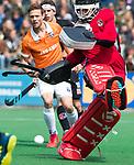BLOEMENDAAL   - Hockey - keeper Jan de Wijkerslooth van Amsterdam redt. links Roel Bovendeert (Bldaal)  . 3e en beslissende  wedstrijd halve finale Play Offs heren. Bloemendaal-Amsterdam (0-3). Amsterdam plaats zich voor de finale.  COPYRIGHT KOEN SUYK