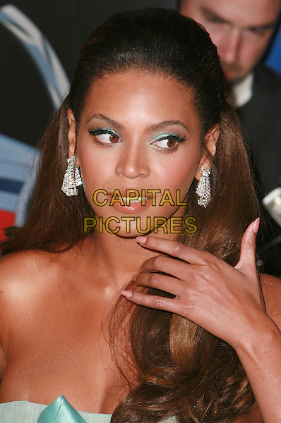 "BEYONCE KNOWLES.""Dreamgirls"" - Los Angeles Premiere,.at the Wilshire Theatre, Beverly Hills, California, .USA, December 11th 2006..portrait headshot hand.CAP/ADM/CH.©Charles Harris/Admedia/Capital Pictures"