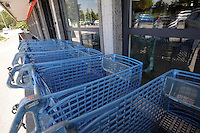 BIOPOLIS. Supermercato di alimenti e prodotti biologici e biodinamici.Biological and biodynamic food and products supermarket. .Carrelli di plastica riciclata. Recycled plastic shopping cart....