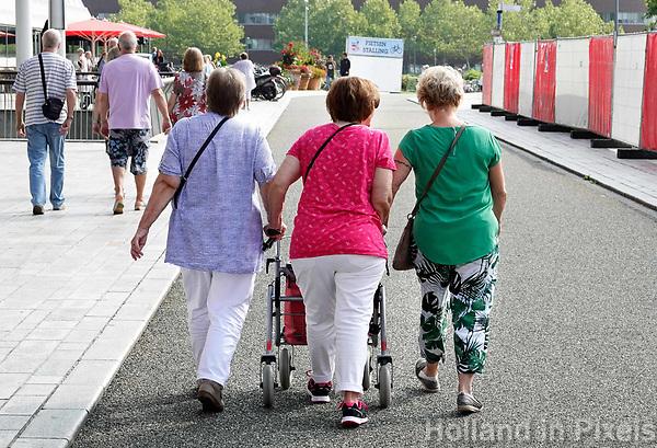 Nederland - Almere - Augustus 2018.   Senioren lopen op straat.    Foto Berlinda van Dam / Hollandse Hoogte
