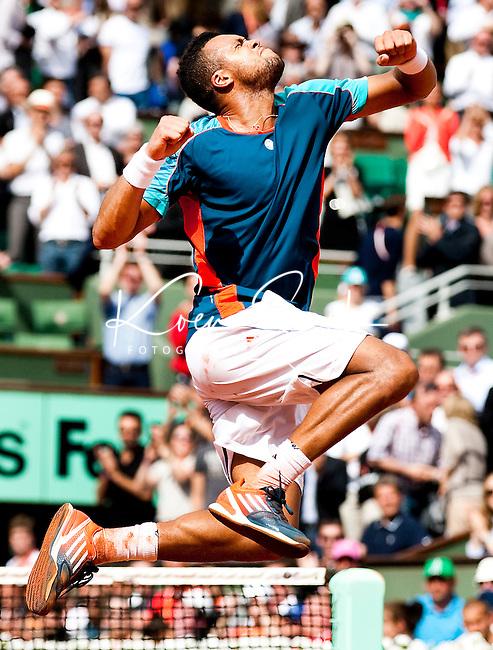 PARIJS - De Fransman Jo-Wilfried Tsonga maakt een vreugdesprong nadat hij van zijn landgenoot Fabio Fognini in drie sets heeft gewonnen in de derde ronde van Roland Garros. ANP Koen Suyk