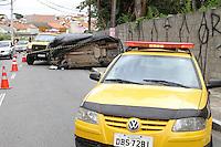 GUARULHOS, SP, 12.12.13 - ACIDENTE COM VIATURA DA PM - Nesta manhã de quinta-feira (12) por volta das 09h, uma viautra da PM se envolveu em acidente, vindo a ferir seus três ocupantes, pela Avenida Salgado Filho, altura do número 2694. Foto: Geovani Velasquez / Brazil Photo Press