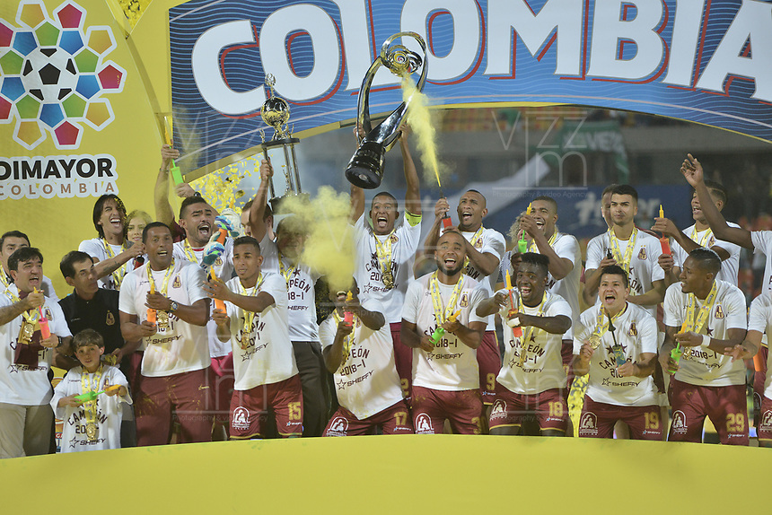 MEDELLÍN -COLOMBIA - 09-06-2018: Jugadores del Tolima levantan el trofeo para celebrar como campeones después del encuentro de vuelta entre Atlético Nacional y Deportes Tolima por la final de la Liga Águila I 2018 jugado en el estadio Atanasio Girardot de la ciudad de Medellín. / Players of Tolima lift the trophy to celebrate the tittle as champions of the Aguila League I 2018 after the second leg match between Atletico Nacional and Deportes Tolima for the final of the Aguila League I 2018 at Atanasio Girardot stadium in Medellin city. Photo: VizzorImage / Gabriel Aponte / Staff