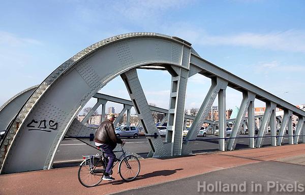 Nederland Rotterdam  26 maart 2018.  Fietser op de Koninginnebrug.. Foto Berlinda van dam / Hollandse Hoogte