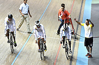 CALI – COLOMBIA – 19-02-2017: John Jaime Gonzalez (Der.), técnico de Colombia, reacciona después de la descalificación del equipo en la prueba del Keirin en el Velodromo Alcides Nieto Patiño, sede de la III Valida de la Copa Mundo UCI de Pista de Cali 2017. John Jaime Gonzalez (R), coach of Colombia reacts after the elimination of the team in the race of Keirin in the Alcides Nieto Patiño Velodrome, home of the III Valid of the World Cup UCI de Cali Track 2017. Photo: VizzorImage / Luis Ramirez / Staff.