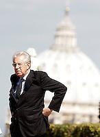 Il Presidente del Consiglio Mario Monti attende il Primo Ministro della Spagna a Villa Pamphilj, Roma, 21 settembre 2012..Italian Premier Mario Monti waits for the arrival of Spain's Prime Minister at Villa Pamphilj, Rome, 21 September 2012..UPDATE IMAGES PRESS/Riccardo De Luca