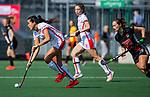 AMSTELVEEN - Maria Jimena Cedres Lobbosco (OR)  met Kelly Jonker (A'dam)  tijdens de hoofdklasse competitiewedstrijd hockey dames,  Amsterdam-Oranje Rood (5-2). COPYRIGHT KOEN SUYK