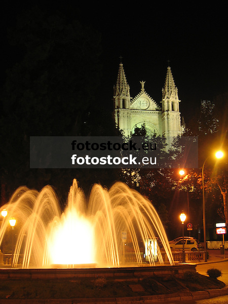 """The square """"Plaza de la Reina"""" with fountain and the Cathedral La Seu in Palma de Mallorca at night<br /> <br /> Plaza de la Reina con fuente y la Catedral La Seu de Palma de Mallorca por la noche<br /> <br /> Der Platz """"Plaza de la Reina"""" mit Brunnen und die Kathedrale La Seu in Palma de Mallorca bei Nacht<br /> <br /> 2592 x 1944 px"""