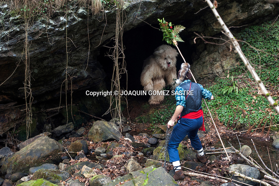 The master tries to remove the bear (another of the main characters of the vijanera) from a cave in the forest to capture and kill him inside the winter carnival of the vijanera.