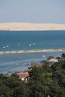 Europe/France/Aquitaine/Gironde/Bassin d'Arcachon/Cap Ferret: depuis le sommet du phare vue sur le village des pécheurs, son bassin et la dune du Pilat