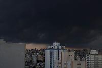SAO PAULO, SP, 22.02.2017 - CLIMA-SP - Nuvens carregadas são vistas a partir do bairro da Mooca na região leste de São Paulo nesta quarta-feira, 22 .(Foto: Luiz Guarnieri/Brazil Photo Press)