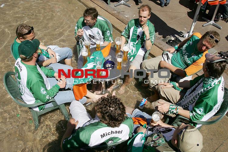 DFB Pokalendspiel 2004  in Berlin<br /> <br /> Werder Bremen - Alemannia Aachen<br /> <br /> Bereits vor dem Spiel stimmten sich die Fans von Werder Bremen auf das Finale bei der Berliner Ged&scaron;chtniskirche auf das Spiel ein<br /> <br /> Fans aus Bremer Umgebung kŁhlten sich vor dem Spiel ab<br /> <br /> Foto &copy; nordphoto <br /> <br /> <br /> <br />  *** Local Caption *** Foto ist honorarpflichtig! zzgl. gesetzl. MwSt.<br /> <br />  Belegexemplar erforderlich<br /> <br /> Adresse: nordphoto<br /> <br /> Georg-Reinke-Strasse 1<br /> <br /> 49377 Vechta