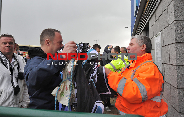 Swansea City fans gets Searched as he comes into the ground.-  03/11/2013 - SPORT - FOOTBALL - The Cardiff City Stadium - Cardiff - Cardiff City v Swansea City - Barclays Premier League<br /> Foto nph / Meredith<br /> <br /> ***** OUT OF UK *****