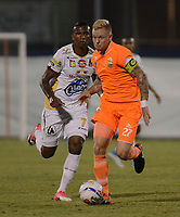 ENVIGADO -COLOMBIA-04-08-2017: George Saunders (Der) jugador de Envigado FC disputa el balón con Carlos Renteria (Izq) jugador de Deportes Tolima durante partido por la fecha 6 de la Liga Águila II 2017 realizado en el Polideportivo Sur de la ciudad de Envigado. / George Saunders (R) player of Envigado FC fights for the ball with Carlos Renteria (L) player of Deportes Tolima during match for the date 6 of the Aguila League II 2017 played at Polideportivo Sur in Envigado city.  Photo: VizzorImage/ León Monsalve /Cont