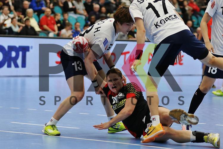 Kolding (DK), 010.12.15, Sport, Handball, 22th Women's Handball World Championship, Vorrunde, Gruppe C, Deutschland-S&uuml;d Korea : Hyunji Yoo (S&uuml;d Korea, #13), Anna Loerper (Deutschland, #10)<br /> <br /> Foto &copy; PIX-Sportfotos *** Foto ist honorarpflichtig! *** Auf Anfrage in hoeherer Qualitaet/Aufloesung. Belegexemplar erbeten. Veroeffentlichung ausschliesslich fuer journalistisch-publizistische Zwecke. For editorial use only.