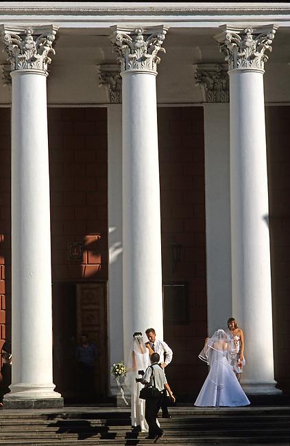 Odessa, jeunes mariÈs au pied des colonnes de l'hÙtel de ville
