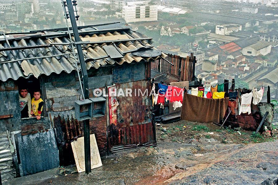 Barraco em area de risco, Morro da Previdência. Rio de Janeiro. 1997. Foto de Luciana Whitaker.