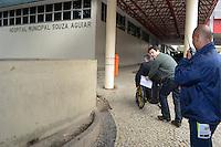 RIO DE JANEIRO, RJ, 20 JULHO 2012 - ELEICOES 2012 - OTAVIO LEITE - O candidato a Prefeito do Rio Otavio Leite e o vice Doutor Geraldo Nogueira, visitam na manha desta quinta feira dia 19, o Hospital Municipal Souza Aguiar e cumprimentam eleitores, no centro do Rio. FOTO: MARCELO FONSECA / BRAZIL PHOTO PRESS).