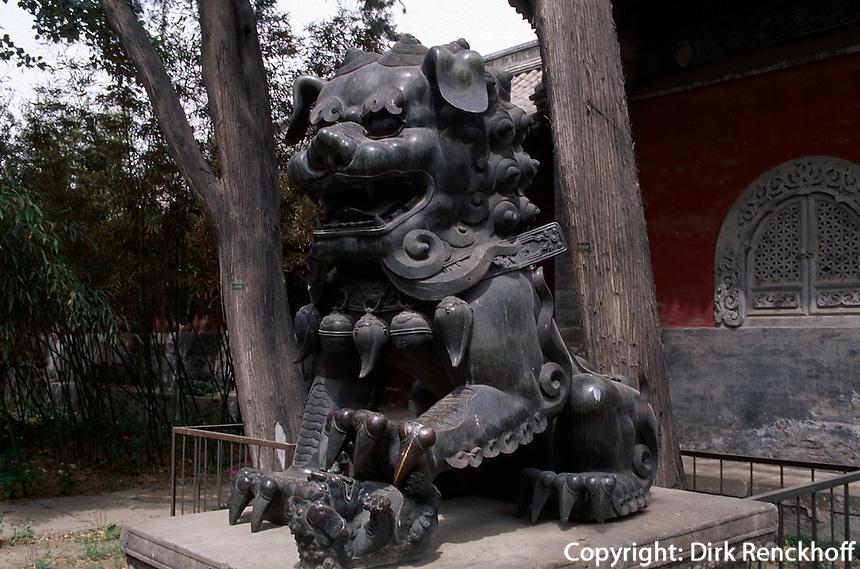 China, Peking, Fa Yuan Si (buddhistischer Tempel), Löwe vor Halle der Himmelskönige