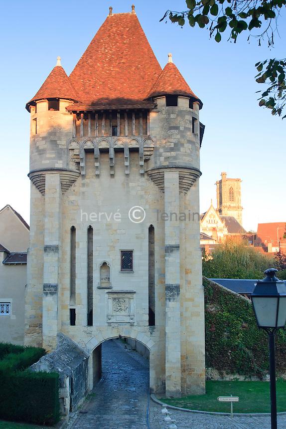France, Nièvre (58), Nevers, la Porte du Croux du  XIVe siècle vestige des anciens remparts de la ville // France, Nievre, Nevers, the Porte du Croux of 14th century, vestige of the ancient ramparts of the city