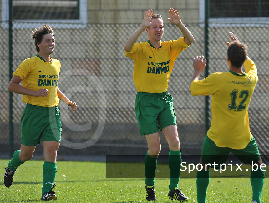 Dosko Kanegem : Jelle Van De Maele (midden) en Jasper Vanoosthuyse in vreugde na een doelpunt.foto VDB / BART VANDENBROUCKE
