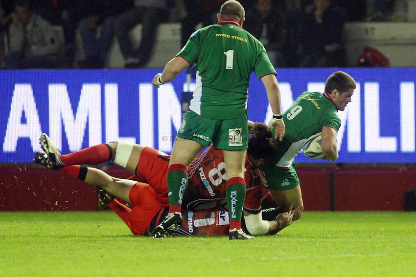 Photo: Iconsport/Richard Lane Photography. Toulon v Scarlets. Amlin Challenge Cup Quarter Final. 11/04/2010. .Scarlets' Tavis Knoyle is tackled.
