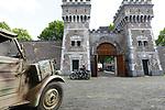 Foto: VidiPhoto<br /> <br /> ARNHEM – Duitse legervoertuigen uit de Tweede Wereldoorlog rijden donderdagmorgen af, maar vooral aan, op de binnenplaats van de voormalige Koepelgevangenis in Arnhem. De penitentiaire inrichting staat te koop, maar wordt op dit moment verhuurd als evenementengebouw. Vanaf vrijdag wordt drie dagen lang de historie van het gebouw als 'Nazihotel' belicht. Tal van verzetshelden zaten er gevangen. In mei 1944 vond er een spectaculaire overval plaats op de 'Koepel', waarbij verzetsmensen onder andere de bekende Frits de Zwerver wisten te bevrijden. Daarbij werd een bevriende cipier per ongeluk doodgeschoten. Naast de Duitse legervoertuigen, worden ook tal van attributen uit die tijd tentoongesteld, voornamelijk afkomstig van het Arnhems Oorlogsmuseum 40-45. Bezoekers krijgen een rondleiding door het gebouw en langs de cellen, waaronder de zogenoemde Dodencel nr. 4. Familieleden en overlevenden van die periode zijn eveneens aanwezig.