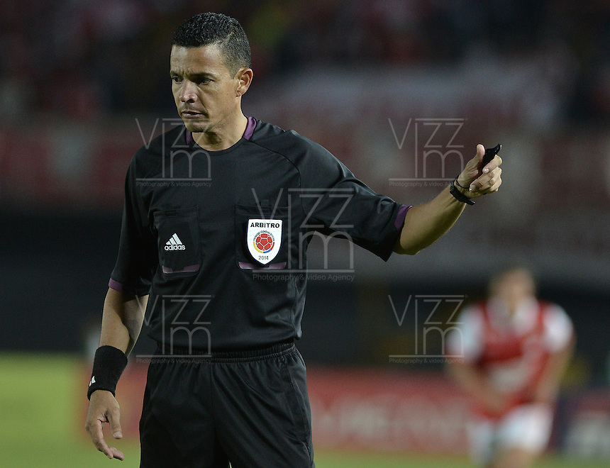 BOGOTÁ -COLOMBIA, 01-04-2014. Jorge Sierra, arbitro, durante el encuentro entre Independiente Santa Fe y Deportivo Pasto por la fecha 14 de la Liga Postobón  I 2014 disputado en el estadio Nemesio Camacho El Campín de la ciudad de Bogotá./ Jorge Sierra, referee, during the match between Independiente Santa Fe and De´portivo Pasto for the 14th date of the Postobon  League I 2014 played at Nemesio Camacho El Campin stadium in Bogotá city. Photo: VizzorImage/ Gabriel Aponte / Staff