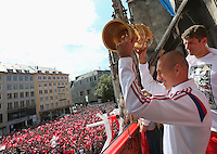 FUSSBALL  DFB POKAL FINALE  SAISON 2013/2014  18.05.2014 Der FC Bayern Muenchen feiert auf dem Rathausbalkon am Muenchner Marienplatz, Arjen Robben mit DFB Pokal