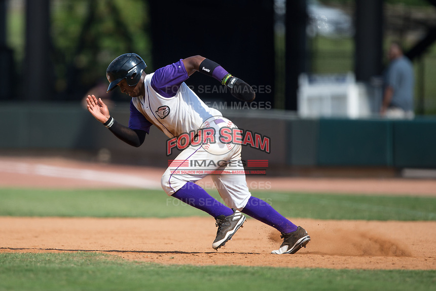 Yeyson Yrizarri (6) of the Winston-Salem Dash takes off for second base during the game against the Potomac Nationals at BB&T Ballpark on August 6, 2017 in Winston-Salem, North Carolina.  The Nationals defeated the Dash 4-3 in 10 innings.  (Brian Westerholt/Four Seam Images)
