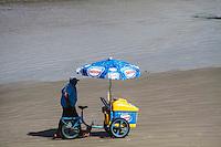 PRAIA GRANDE, SP, 29 DE MARÇO 2013 - CLIMA TEMPO - Movimentação de banhistas no bairro do Caiçara na Praia Grande litoral de Sao Paulo na tarde desta sexta-feira, 29. FOTO: CLARA REIS - BRAZIL PHOTO PRESS.