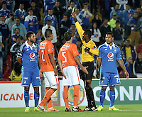 BOGOTA - COLOMBIA – 21-08-2014: Jose Argote, arbitro, muestra tarjeta amarilla a Oswaldo Henriquez (Izq.) jugador de Millonarios de Colombia,  durante partido de ida de la primera fase, llave G14 de la Copa Total Suramericana entre Millonarios de Colombia y Universidad Cesar Vallejo Club de Futbol de Peru, en el estadio Nemesio Camacho El Campin de la ciudad de Bogota. / Jose Argote, referee, shows yellow car to  Oswaldo Henriquez (L) player of Millonarios of Colombia, during a match for the first leg, of the first phase, Key G14 between Millonarios de Colombia and Universidad Cesar Vallejo Club de Futbol of Peru of the Copa Total Suramericana in the Nemesio Camacho El campin Stadium in Bogota city. Photos: VizzorImage / Luis Ramirez / Staff.