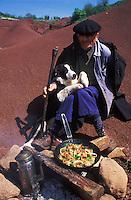 Europe/France/Midi-Pyrénées/12/Aveyron/Larzac/Env de Camares: Joseph Teroustan Berger de Campalvies dans le rougier de Saint Afrique réchauffe son repas [Non destiné à un usage publicitaire - Not intended for an advertising use]<br /> PHOTO D'ARCHIVES // ARCHIVAL IMAGES<br /> FRANCE 1990