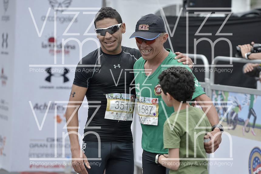 BOGOTÁ -COLOMBIA. 03-04-2016: Alirio Carrasco (C), ganador, y David Guette, segundo, triunfadores en la Carrera Presta Tu Pierna 11K realizada hoy, 2 de abril de 2016, en la ciudad de Bogotá, Colombia./ Alirio Carrasco (C), winner, and David Guette, second, winners of the Presta Tu Pierna 11K race that be held today, April 2 2016, at Bogota city. Photo: VizzorImage/ Gabriel Aponte / Staff