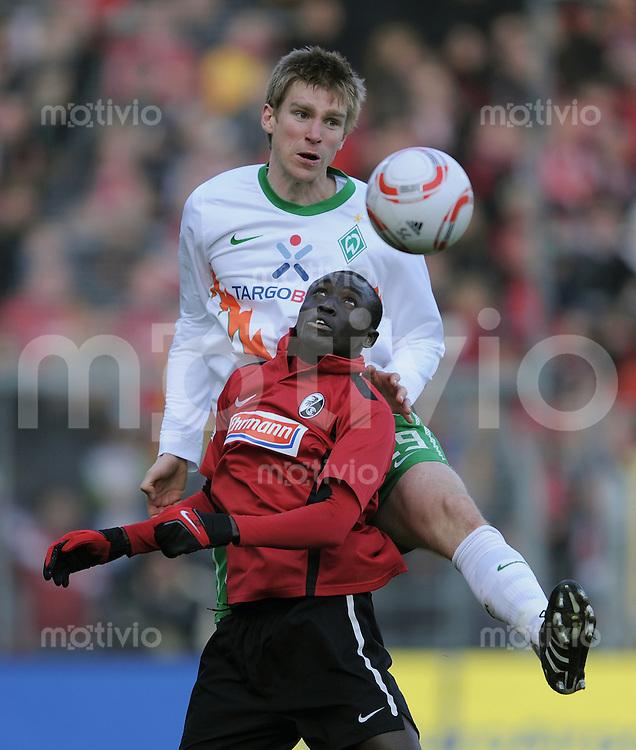 FUSSBALL   1. BUNDESLIGA   SAISON 2010/2011  25. SPIELTAG    06.03.2011 SC Freiburg - SV Werder Bremen Papiss Demba Cisse (vorn, SC Freiburg) gegen Per Mertesacker (SV Werder Bremen)