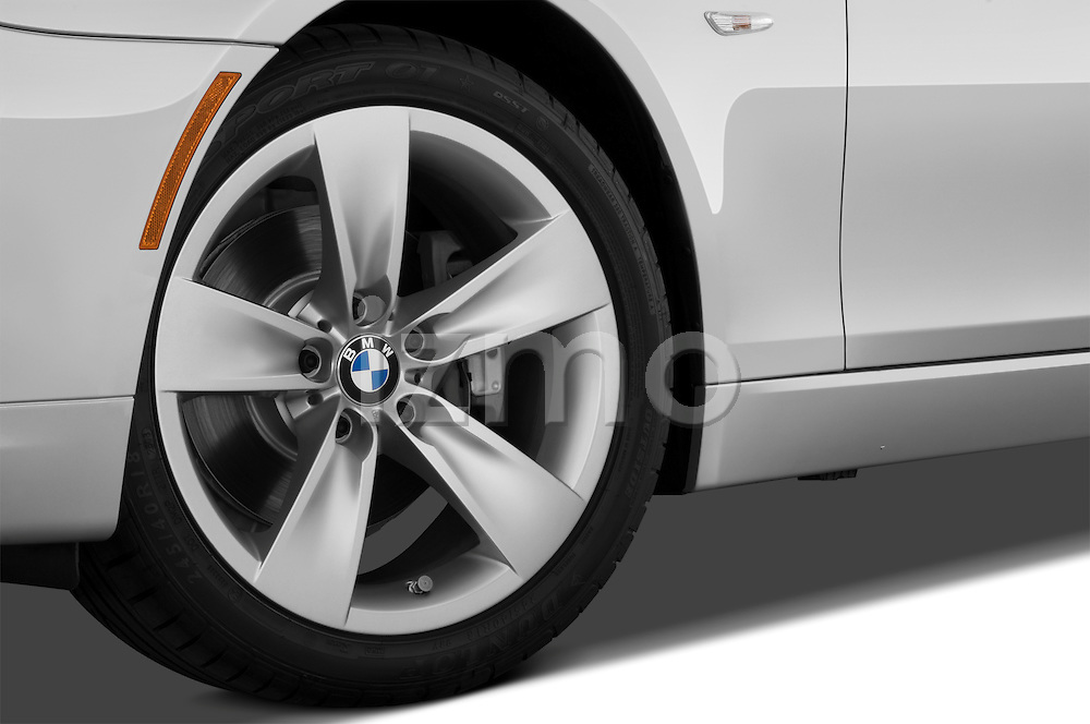 Tire and wheel close up detail view of a 2009 BMW 5 Series 528
