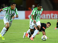 MEDELLIN- COLOMBIA - 10-09-2014: Wilder Guisao (Izq.) jugador de Atletico Nacional de Colombia de disputa el balon con Cristian Martinez (Der.) jugador de General Diaz de Paraguay durante partido de ida de la segunda fase, llave16, de la Copa Total Suramericana entre Atletico Nacional de Colombia y General Diaz de Paraguay en el estadio Atanasio Girardot del ciudad de Medellin.  / Wilder Guisao (L) player of Atletico Nacional de Colombia vies for the ball with Cristian Martinez (R) player of General Diaz of Paraguay during a match for the first leg of the second phase, key16, between Atletico Nacional de Colombia y General Diaz de Paraguay of the Copa Total Suramericana in the Atanasio Girardot stadium, in Medellin city. Photo: VizzorImage / Luis Rios / Str.