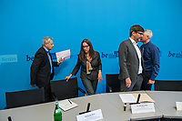 Vorstellung der Berliner Fachstelle gegen Diskriminierung auf dem Wohnungsmarkt<br /> Der Berliner Justizsenator Dr. Dirk Behrendt stellte am Montag den 11. September 2017 gemeinsam mit Dr. Christiane Droste von UrbanPlus und Remzi Uyguner vom Tuerkischen Bund in Berlin-Brandenburg (TBB) die neue Fachstelle vor.<br /> An die Fachstelle koennen sich Buergerinnen und Buerger wenden, die entweder im Bewerbungsprozess um eine Mietwohnung oder auch im Rahmen eines bestehenden Mietverhaeltnisses Diskriminierung zum Beispiel auf Grund ihrer Herkunft oder Religion erfahren haben.<br /> Fuer Familien mit Kindern, Menschen mit nicht-deutsch anmutenden Namen oder Menschen mit Behinderung ist Diskriminierung auf dem Wohnungsmarkt nichts Neues. Um fuer diese Menschen Gleichberechtigung herzustellen hat die Berliner Fachstelle gegen Diskriminierung auf dem Wohnungsmarkt im Sommer 2017 ihre Arbeit aufgenommen. Sie wird in einer Kooperation zwischen dem Buero UrbanPlus und dem Tuerkischen Bund in Berlin-Brandenburg (TBB) betrieben. Die Fachstelle vermittelt u.a. bestehenden Beratungsangebote fuer Betroffene und bietet Vernetzungs-, Fortbildungs- und Qualifizierungsangebote fuer Beratungsstellen und Wohnungsanbieter.<br /> Im Bild vlnr.: Remzi Uyguner Tuerkischer Bund in Berlin-Brandenburg (TBB); Dr. Christiane Droste, UrbanPlus und Dr. Dirk Behrendt, Senator fuer Justiz, Verbraucherschutz und Antidiskriminierung (Buendnis 90/Gruene).<br /> 11.9.2017, Berlin<br /> Copyright: Christian-Ditsch.de<br /> [Inhaltsveraendernde Manipulation des Fotos nur nach ausdruecklicher Genehmigung des Fotografen. Vereinbarungen ueber Abtretung von Persoenlichkeitsrechten/Model Release der abgebildeten Person/Personen liegen nicht vor. NO MODEL RELEASE! Nur fuer Redaktionelle Zwecke. Don't publish without copyright Christian-Ditsch.de, Veroeffentlichung nur mit Fotografennennung, sowie gegen Honorar, MwSt. und Beleg. Konto: I N G - D i B a, IBAN DE58500105175400192269, BIC INGDDEFFXXX, Kontakt: post@c